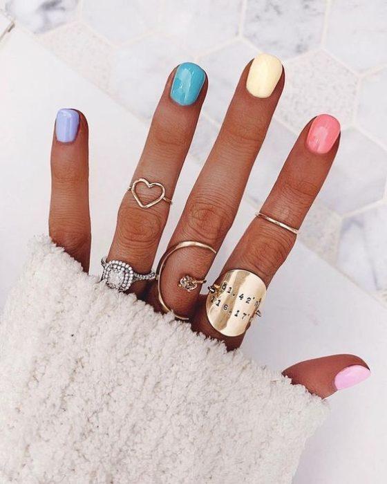 Manicura en colores pastel