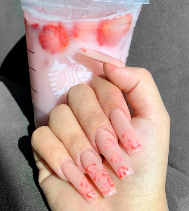 Diseños de manicura milk bath; uñas largas cuadradas color rosa con fresas