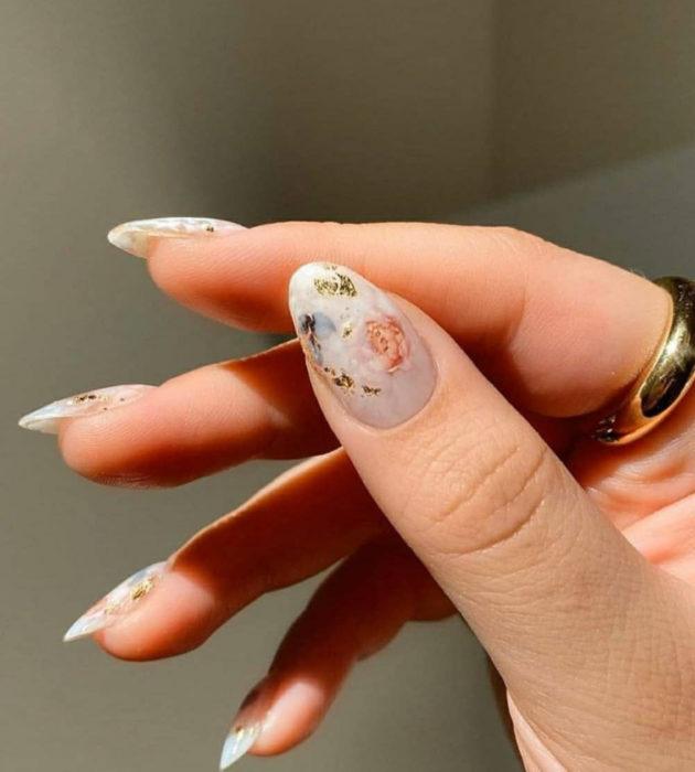 Diseños de manicura milk bath; uñas largas de almendra, blancas con flores vintage rosas y azules