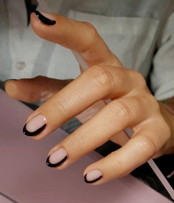 Diseño de manicure sencillos, femeninos y naturales; uñas cortas redondas pintadas con estilo francés moderno negro