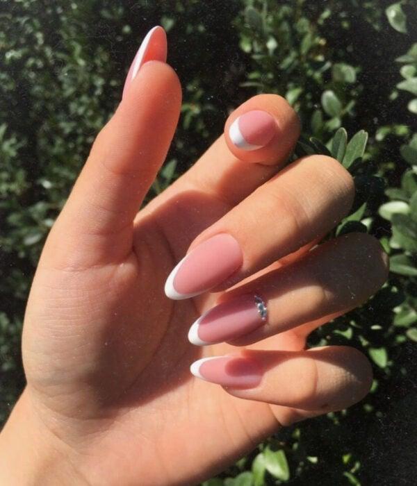 Diseño de manicure sencillos, femeninos y naturales; uñas largas en forma de almendra pintadas con esmalte nude rosa y blanco