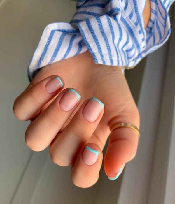 Diseño de manicure sencillos, femeninos y naturales; uñas cortas cuadraras pintadas con esmalte nude y francés azul cielo