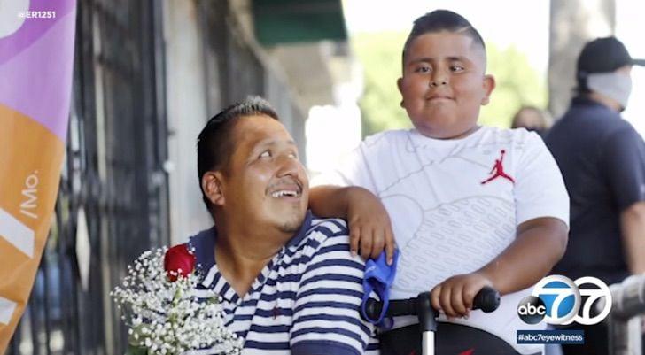 Niño junto a su padre llevando flores para una venta