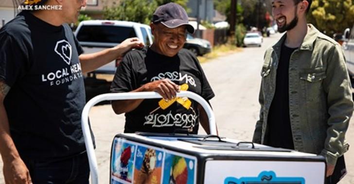 Bernardo Núñez, vendedor ambulante, recibiendo un carrito de paletas nuevo