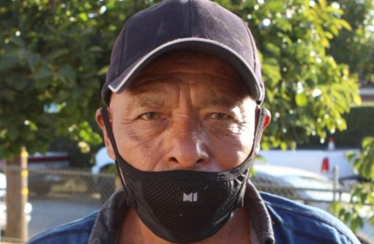 Abuelito llevando cubrebocas negro