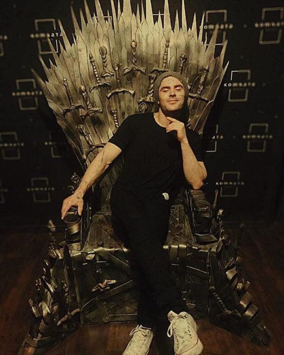 Zac Efron sentado en el trono del rey de GoT
