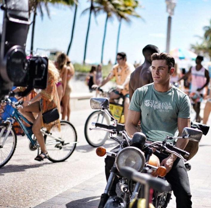 Zac Efron arriba de una moto