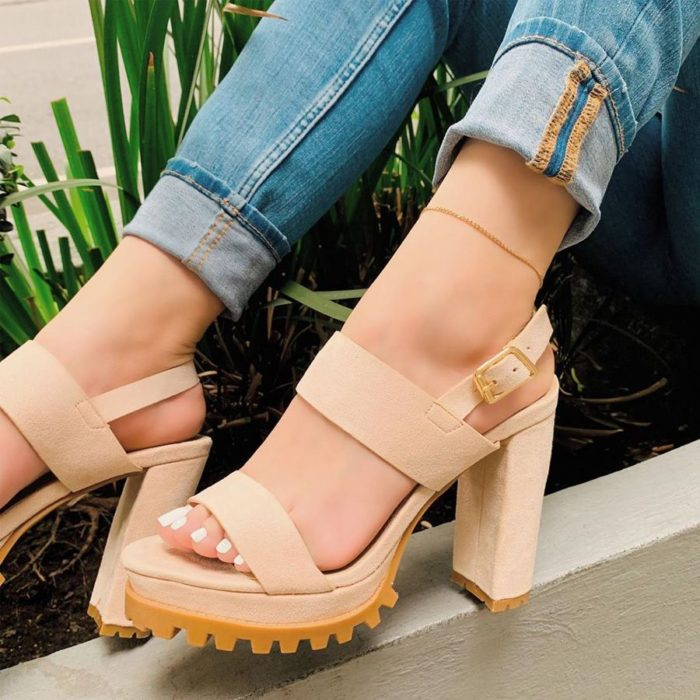 Wide-heeled sandal shoes with beige rubber sole