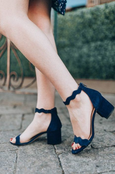 Wide-heeled sandal shoes with low heel and ankle bracelet in navy blue