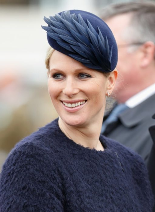 Zara Phillips usando un fascinator color negro con plumas