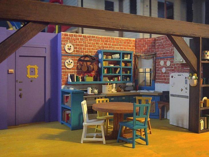 fotos del proceso de creación de una maqueta en miniatura de la cocina de la serie friends