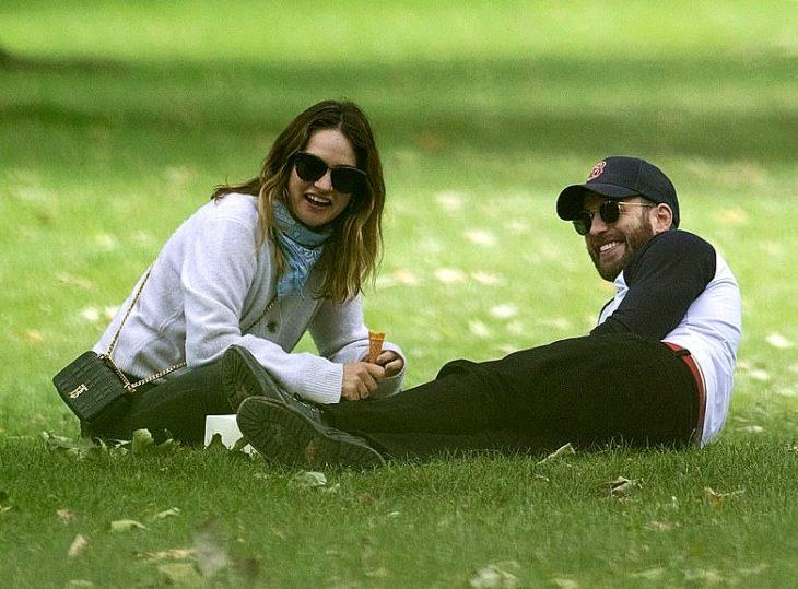 imagen de lily james y chris evans juntos en un parque de londres