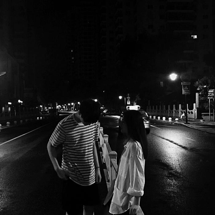 pareja en medio del trafico platicando
