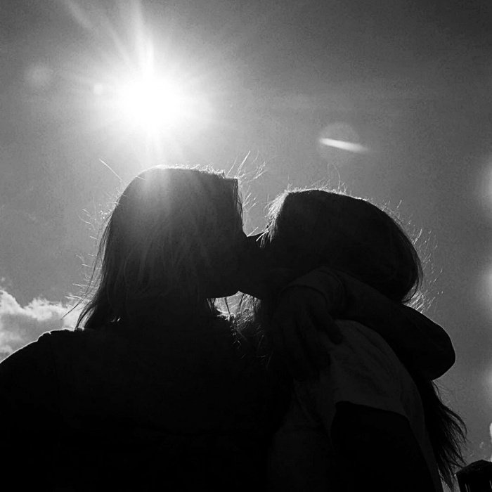 imagen de pareja de chicas dándose un beso