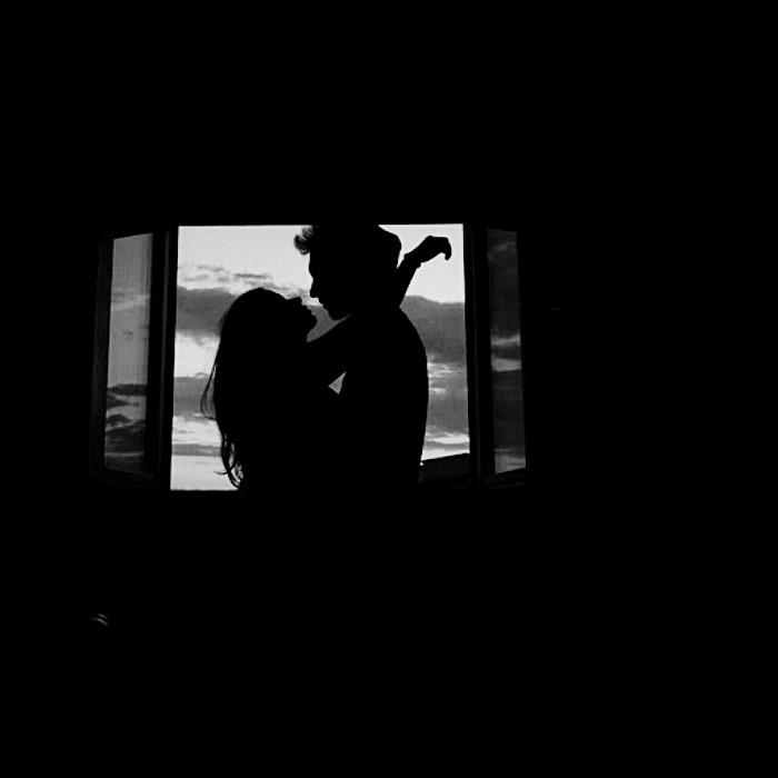 imagen de pareja frente a una ventana