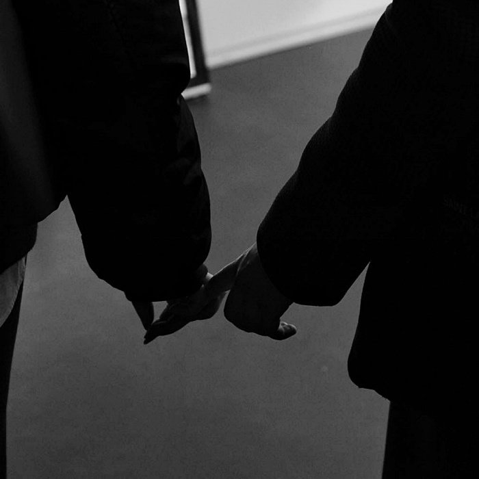foto de pareja agarrándose de la mano