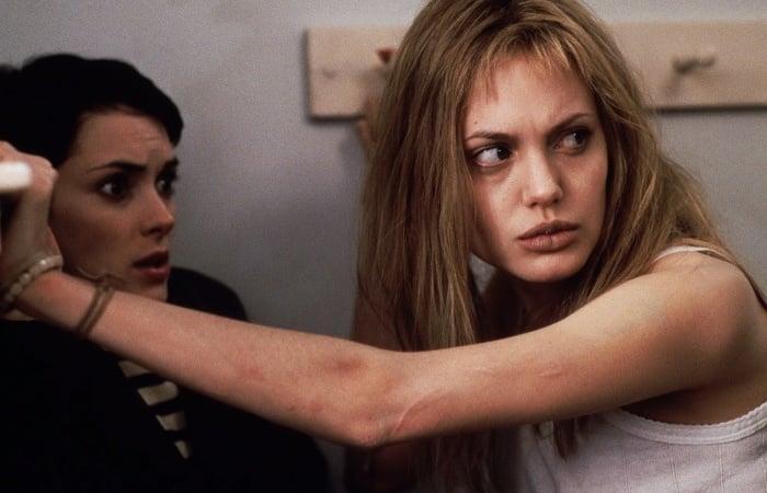 escena de girl interrupted con angelina jolie y winona ryder