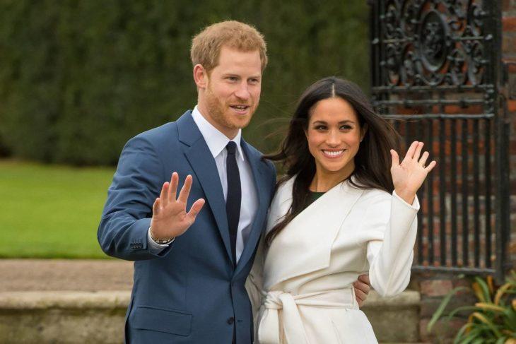 Meghan Markle y el príncipe Harrysaludando a la prensa en los jardines del castillo
