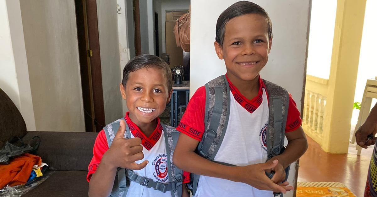 Hermanitos que vendían verduras para poder comer ahora van a la escuela por primera vez