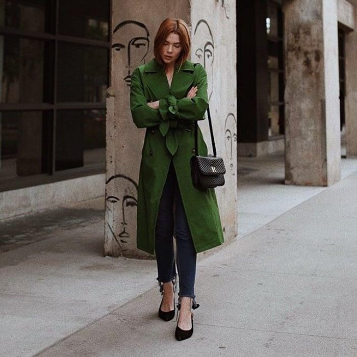 chica pelirroja usando un abrigo tipo trench coat color verde con skinny jeans y balerinas negras