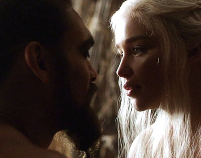 jason momoa y emilia clarke en la serie game of thrones