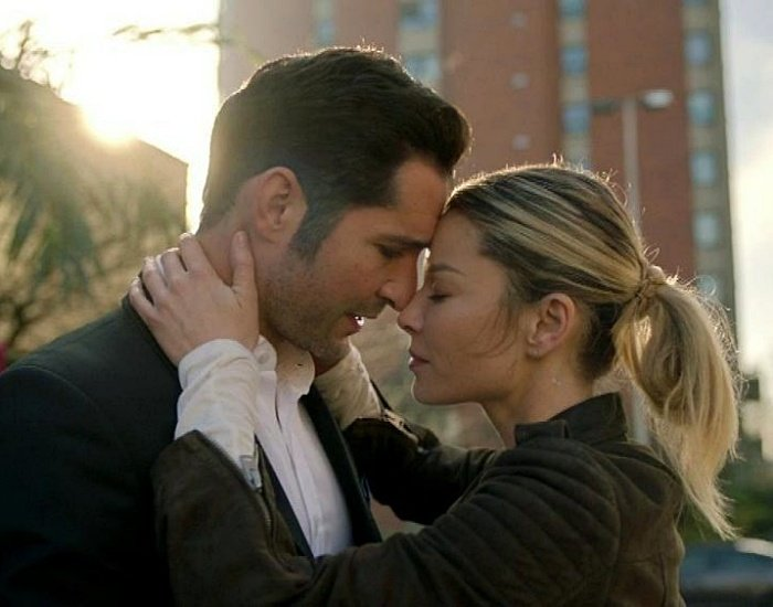 Tom Ellis y Lauren German en la serie de lucifer