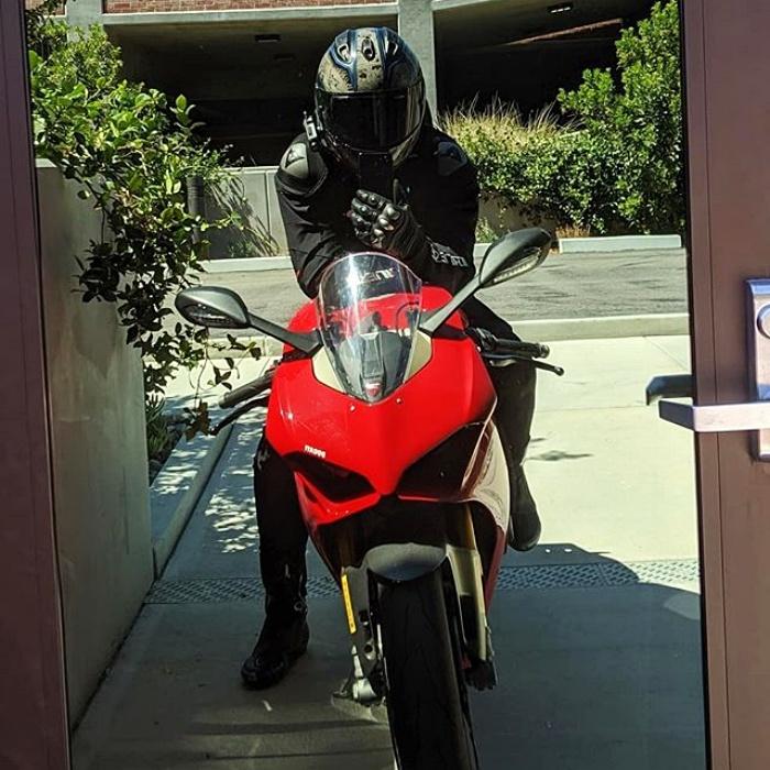 henry cavill en motocicleta