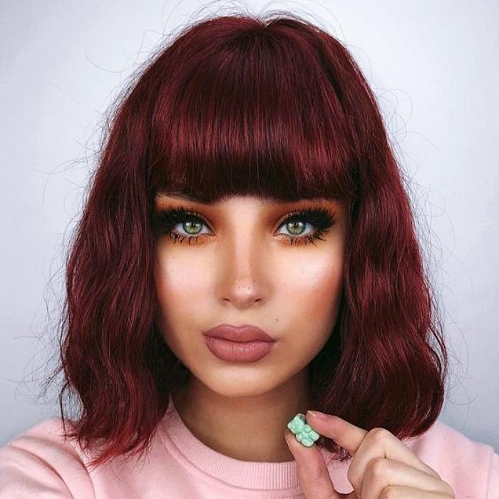 chica con cabello corto con fleco color borgoña, rojo intenso