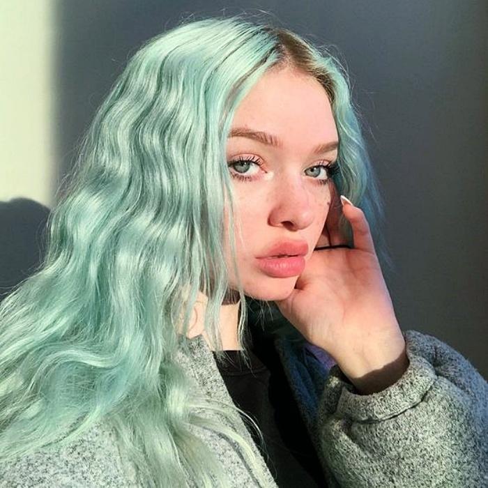 chica con cabello largo ondulado teñido en color menta o mint green hair
