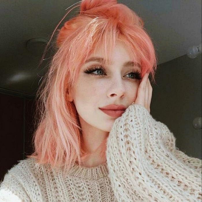 chica blanca con cabello teñido en color rosa pastel o baby pink