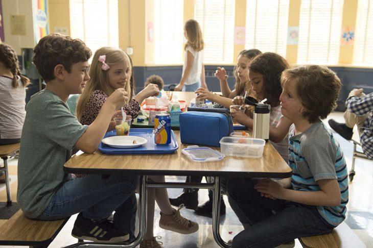 Escena de la película Extraordinario donde aparecen los compañeros y amigos de Auggie comiendo juntos