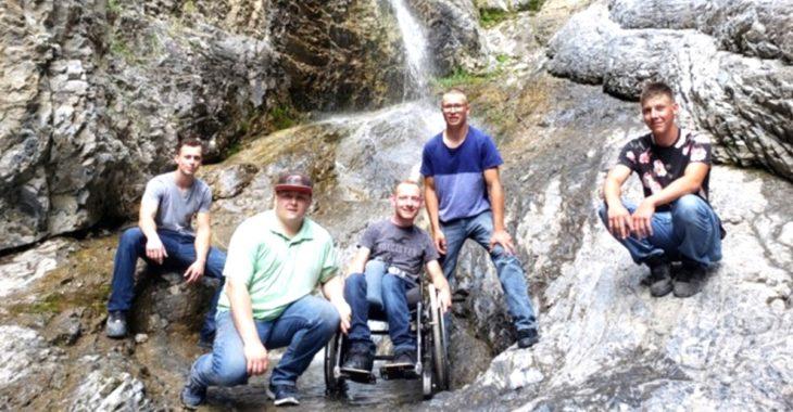 Aaron y sus amigos en la cascada de Grotto Canyon