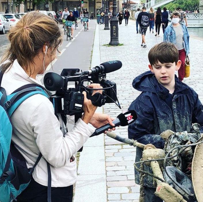 Raphaël dando una entrevista después de haber sacado una bici del río