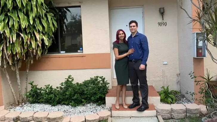 Pakeezah y Steven en la entrada de su nueva casa