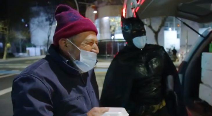 Batman solidario entregando comida a un ancianito