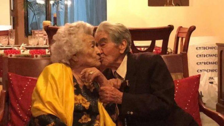 Julio César y Waldramina Maclovia dándose un beso