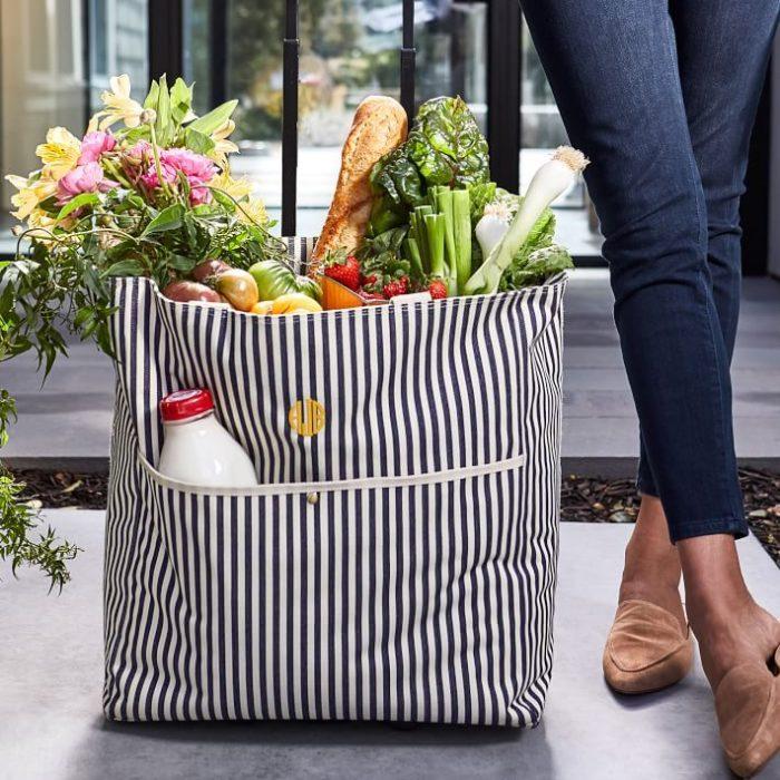 Chica con bolsa de mandado