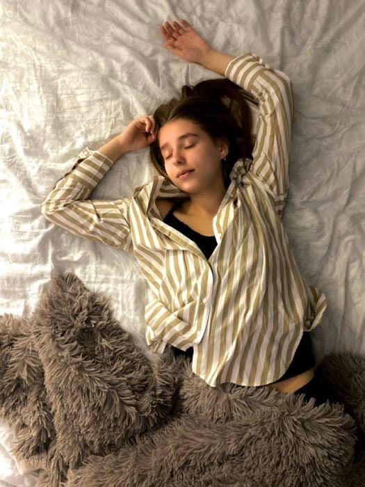 Chica con pijama de rayas durmiendo