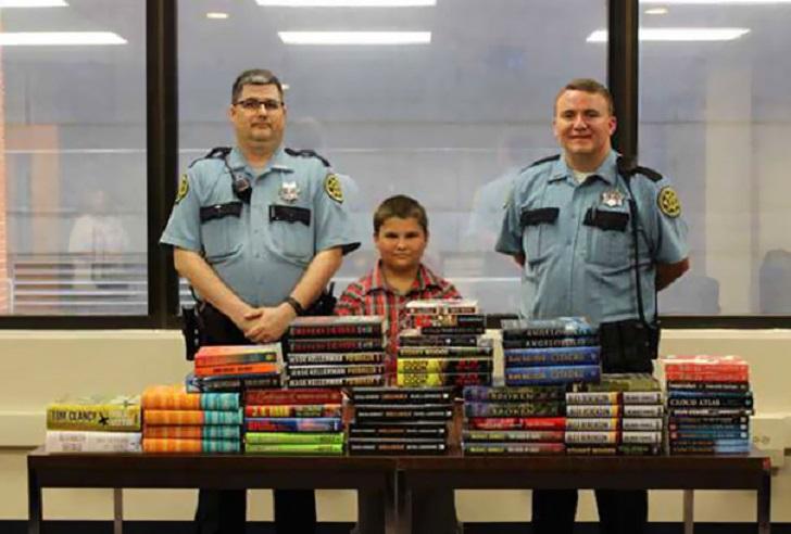 Niño uso sus ahorros para comprar libros y donarlos a una cárcel