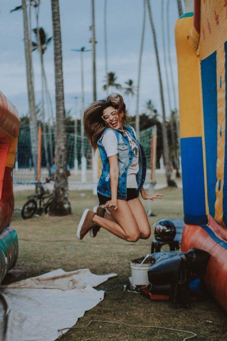 Chica sonriéndo mientras salta