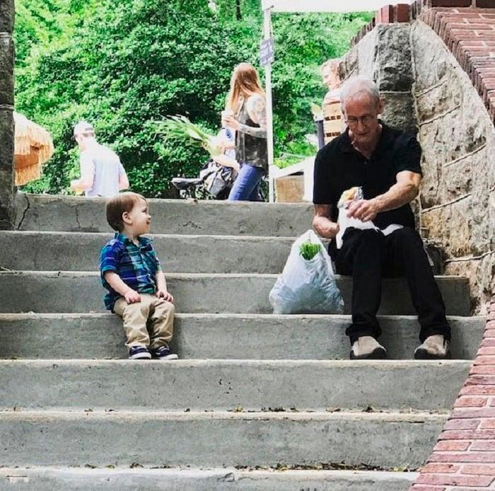 Niño se acercó a platicar con un ancianito desconocido que estaba solo