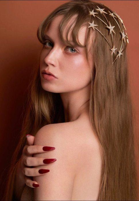 Chica llevando diademas con estrellas doradas