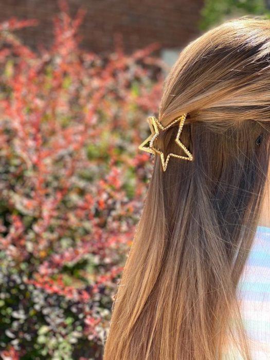 Pinza para cabello en color dorado en forma de estrella