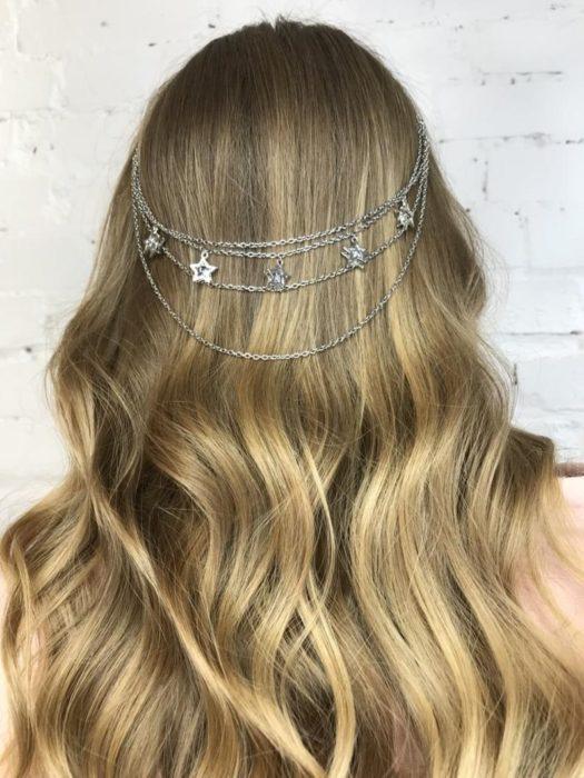 cadena plateada para cabello con forma de estrellas