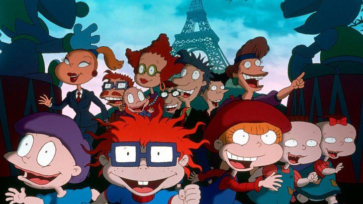Escena de la película animada Rugrats en París: La película, con todos lso personajes corriendo frente ala torre eiffel