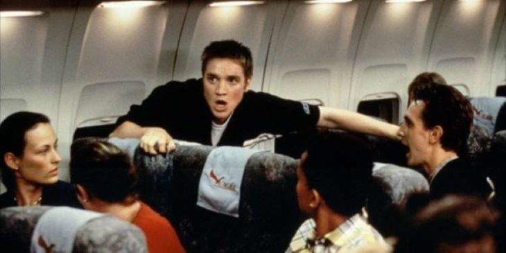 Escena de la película Destino final estrenada en el 2000 con un chico asustado dentro de un avión