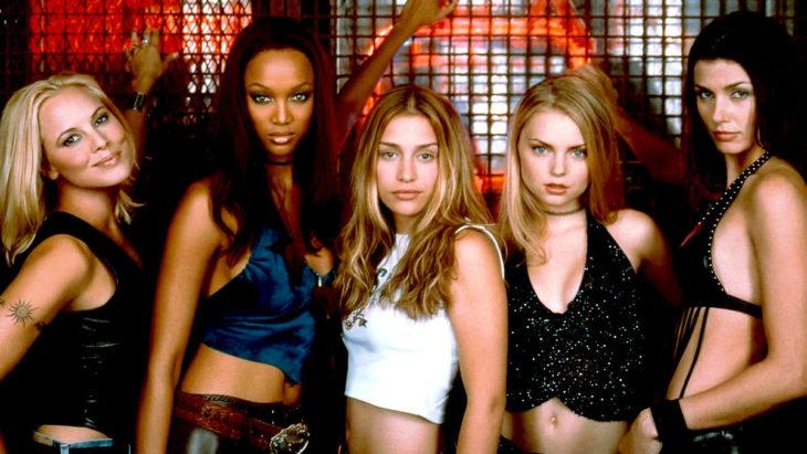 Escena de la película Coyote Ugly estrenada en el 200 con todas las chicas de bar