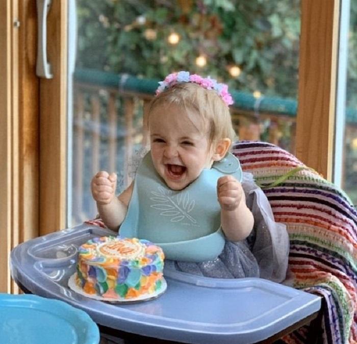 Niña se emociona al ver su primer pastel de cumpleaños
