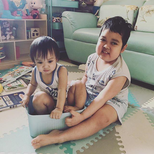 Aeden y su hermano Bellamy sentados en el piso