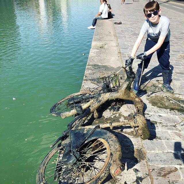 Raphaël sacando bicis del río Sena